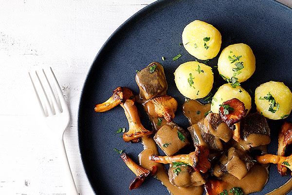 Kombination mit Saucen und Gemüse